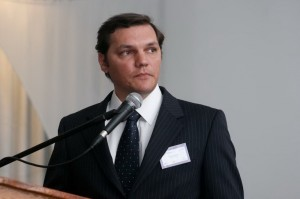 El Dr. Esteban Turic en su exposición.